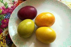 Jak přírodně obarvit velikonoční vejce Plum, Mango, Eggs, Fruit, Breakfast, Food, Manga, Morning Coffee, Egg