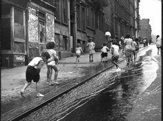 Children Playing on 103rd Street in Puerto Rican Community in Harlem Fotografie-Druck von Ralph Morse bei AllPosters.de