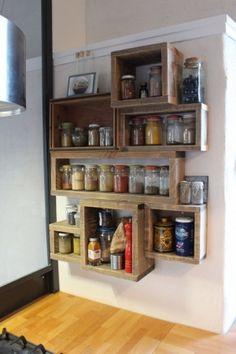 Étagère à épices, meuble mural, réalisé avec du bois recyclé. Cases de différentes tailles posées en décalé.