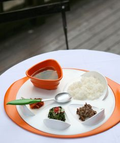 'See With Fingertips', a plate with built in scoop up aid for blind people, designed by Keum Eun-byeol & Park So-mi