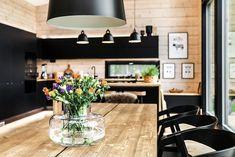 Black log home into a rural setting - Honka Black Window Frames, Log Wall, Roof Shapes, Modern Cottage, White Ceiling, Types Of Houses, Black House, Log Homes, Christmas Home