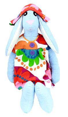 Króliczyca, siostra Królika. Dzieci kochają duże zabawki, którym na dodatek mogą zmieniać ubrania. Nasz królik jest bardzo duży - ma 70 cm wzrostu i z pewnością polubi bale przebierańców w pokoiku Twojego dziecka.