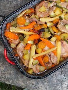 Ez egy nagyon egyszerű recept lesz. Összeszedtem sokféle zöldséget a kertből, kivettem egy adag húst a hűtőből, az egészet ízesítettem sóval...