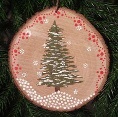 Sapin tranche de bois de pin écologique. Peint à la main avec un design simple et joyeux. Livré avec corde de chanvre naturel brun. Le bois a été recueilli d'un arbre bien-aimé de notre yard qui a été endommagé par une tempête. Dimensions : 3 1/2 po de diamètre, 1/4 po d'épaisseur, peut varier légèrement. Accrochez-le à votre arbre de Noël, sur un mur, crochets sur votre manteau, ou à peu près n'importe où. Acheter quelques modèles différents et égayer un mur ! Ceux-ci font de beaux…