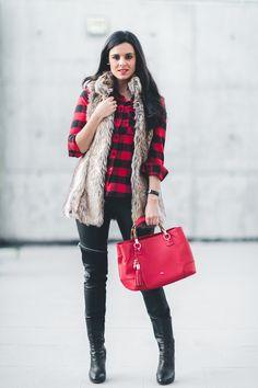 Camisa de cuadros rojaplaid shirt chaleco largo de pelo fur vest bolso rojo Purificación García red handbag Crimenes de la Moda blog