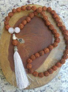 Japamala 54 contas - Rudraksha e Quartzo Tassel Jewelry, Shell Jewelry, Yoga Jewelry, Bohemian Jewelry, Tassel Necklace, Beaded Bracelets, Stone Necklace, Stone Jewelry, Jewelry Crafts