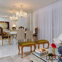 Assinado pelos arquitetos Márcia e Regi Amaral, projeto de interiores une sofisticação e bem-estar em uma composição clean e contemplada com iluminação natural. A unidade destaca as tonalidades branco e off-white e recebe projeto luminotécnico pontual.
