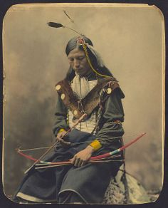 世界のステキな民族衣装 @suteki_minzoku 1899年に撮影されたネイティブアメリカンの一部族、オグラララコタ族の男性Chief Bone Necklaceの彩色写真。