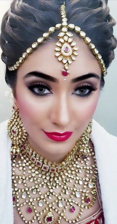 Simple Bridal Makeup Indian Hairstyles 55 Ideas - New Site Bridal Hairstyle Indian Wedding, Indian Wedding Makeup, Bridal Hair Buns, Indian Wedding Bride, Indian Wedding Hairstyles, Indian Wedding Jewelry, Indian Bridal Wear, Bride Hairstyles, Indian Makeup