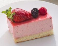 Bavarois aux fraises de ma grand-mère : http://www.cuisineaz.com/recettes/bavarois-aux-fraises-de-ma-grand-mere-74365.aspx