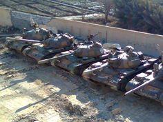 HOMS: SNIPERS ATIRAM EM OBSERVADORES E REGIME ESCONDE TANQUES NOS COLÉGIOS.  4/23/2012 04:38:00 AM  BLOG HUMANS  A situação parece uma brincadeira de gato e rato. De um lado o ditador genocida Bashar Al-Assad. De outro, as Nações Unidas representada pelos Observadores Internacionais implantados no país para verificar e garantir o acordo do cessar-fogo ora firmado entre as partes. Na prática, os Observadores estão deixando de enxergar massacres realizados quase que diante de seus olhos.