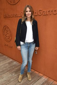 Laurence Arné préfère porter son sac.PARIS, FRANCE - MAY 26: Actress Laurence Arne attends day five of the 2016 French Open at Roland Garros on May 26, 2016 in Paris, France. (Photo by Stephane Cardinale - Corbis/Corbis via Getty Images)
