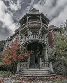Abandoned Mansion New York Photographer Unknown Old Abandoned Buildings, Abandoned Property, Old Buildings, Abandoned Places, Spooky Places, Haunted Places, Old Mansions, Abandoned Mansions, Mansion Homes
