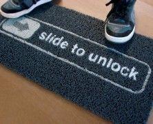 """Slide To Unlock Doormat, il tappeto iphone. La porta è chiusa? Scorri i piedi sullo zerbino """"Slide To Unlock Doormat"""" come se fosse un iPhone e… nulla, avrai le scarpe pulite   Acquistabile su thefancy.com"""
