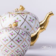Two different sizes of the Herend Sevres Roses tea pots. You can see the rich guilded rose knobs that are the specialties of the decor. #SPROG (Herend decor) is originated from the French Court.