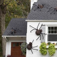 Hot-glue faux fur on floral forms, cover wire legs with foam tubes and bend them into spooky outdoor Halloween decorations. We'll show you how to make these giant DIY Halloween spiders—and how to easily hang these Halloween spiders inside your home or on top of it. #diygiantspiders #outdoordecor #halloweengiantspiders #halloweendecor #bhg Diy Halloween Spider, Theme Halloween, Easy Halloween Decorations, Halloween Displays, Holidays Halloween, Halloween Crafts, Women Halloween, Halloween Costumes, Halloween Makeup