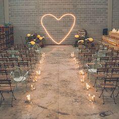 Si en algún momento tienes la menor duda de que puedes hacer la boda QUE QUIERAS vuelve a mirar esta foto y recuerda que esto fue una nave vacía que convertimos en el lugar que los novios querían para celebrar su fiesta del amor. Ser fiel a tu estilo como concepto. Somos fans #bodaindustrial #industrialwedding #labodadebegoñaysergio // Foto de @f2studio // www.bodasdecuento.com