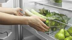 De manier waarop je groenten en fruit bewaart kan bepalend zijn voor de houdbaarheid. Niet alle groenten mogen in de koelkast en sommige soorten liggen liever niet naast elkaar. Maar op welke manier worden verse groenten en fruit het best bewaard om zo lang mogelijk van de lekkere smaak te kunnen genieten? Good To Know, Plastic Cutting Board