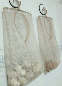 Use mesh bags for garlic and onion storage! Smart kitchen ideas