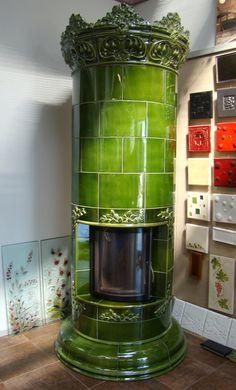 Kominek okrągły z koroną kwiatową z manufaktury Riwal. Kominki kaflowe. Piece kaflowe. Tiled fireplaces.