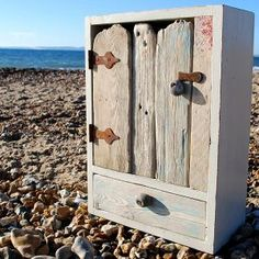 I love driftwood.wish I lived by the sea. Driftwood Furniture, Driftwood Projects, Driftwood Art, Rustic Furniture, Home Bar Furniture, Ideas Geniales, Wood Creations, Salvaged Wood, Beach Crafts