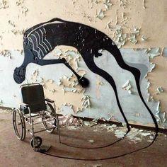 """L'étonnant projet """"1000 Shadows"""" du street artist Herbert Baglione, qui peuple les lieux abandonnés à travers le monde avec des créatures et des ombres étranges et vaporeuses… Ses dernières créations ont pour cadre les salles vides d'un ancien hôpital psychiatrique abandonné de la ville de Parme en Italie, ce qui augmente encore l'ambiance fascinante et angoissante qui se dégage de ses créations…"""