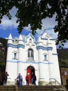 Igreja Matriz da Aldeia Histórica do Piódão Arganil - Distrito de Coimbra A Igreja Matriz do Piódão, situada na praça principal, é o elemento que mais se destaca do cinzento da aldeia, pintada de azul e branco. Datada do século XVII, a sua fachada foi reconstruída no século XIX ao estilo neoclássico