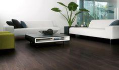 Werk je graag met grote contrasten? Dat kan! Hier een donkere kleur van laminaat, gecombineerd met strakke, witte meubelen en muren.