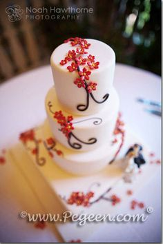 Beautiful fall colors in this wedding cake