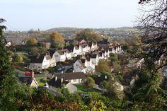 """Novas cidades jardins? Arquitetos britânicos desaprovam novo plano governamental, Casas na """"Cidade Jardim"""" de Hardwick, um subúrbio de Chepstow no País de Gales, construído no início do século XX. Imagem © <a href='http://www.geograph.org.uk/photo/1038431'>Geograph user Ruth Sharville</a> licensed under <a href='http://creativecommons.org/licenses/by-sa/2.0/'>CC BY-SA 2.0</a>"""