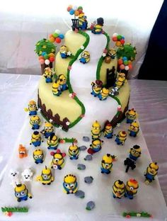 ミニオンに見守られてケーキカットを…♡ミニオンの【ウェディングケーキ】が賑やかで可愛すぎると話題*にて紹介している画像