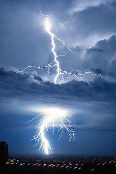 'Relampago' (Lightning) in Brasilia, Brazil - photo by Mariordo (Mario Roberto Duran Ortiz)