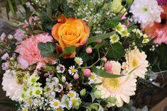 """JAR 2016 Prinášame vám novú kolekciu """"Vo svete zázrakov"""". Pre modernú mestskú spoločnosť je charakteristický rýchly a hektický životný štýl. Tým pravým impulzom sú dekorácie a doplnky decentných farieb, pôsobiace poeticky. Nenáročné rastliny ako sú sukulenty, orchidei, voňavé jasmíny, rozmaríny, éterické sviečky, aranžmány a veľa noviniek ako je aj čarovný kufor nájdete u nás. Veľmi sa na Vás tešíme."""