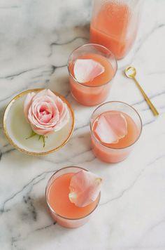 コーラルピンクのスイートなカクテルにバラの花びらを一枚浮かべるドラマチックな演出。