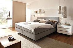 """Die Matratze von """"My Suite Home Comfort"""" ist mit einem 20 cm hohen Kern aus Tonnentaschenfedern ausgerüstet und ist in drei Härtegraden erhältlich. Die wahlweise starre oder per Motor verstellbare Box kommt mit einer 7-Zonen-Tonnentaschen-Federkernauflage und kann mit allen Möbelstoffen der Hülsta-Stoffkollektion bezogen werden. D"""