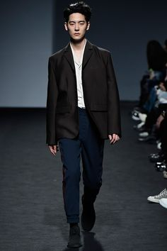 87MM unveiled its Fall/Winter 2016 collection during Seoul Fashion Week.