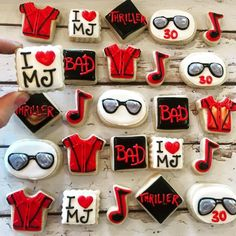 Mini Michael Jackson Cookies by TheHayleyCakes on Etsy Golden Birthday, 30th Birthday, Birthday Parties, Birthday Cookies, Birthday Ideas, Michael Jackson Party, Michael Jackson Thriller, Mickel Jackson, Jackson Family