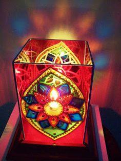 Bia Quevedo: Luminárias em vitral - 10cm x 15cm Recycled Tin Cans, Diwali Decorations, Craft Art, Tea Light Holder, Outdoor Lighting, Wind Chimes, Fabric Crafts, Tea Lights, Glass Vase
