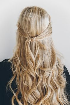 Obsessing overt this 1-minute knotted half-updo tutorial by Amber Fillerup.
