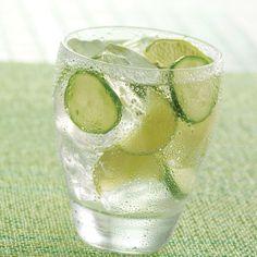 Ingredientes:VodkaJarabe naturalRodajas de limónRodajas de pepinoAgua mineralDile adiós al calor y a la sed de una manera refrescante y original. Solo hay que mezclarlo todo pero haz click para saber las cantidades por aquí.