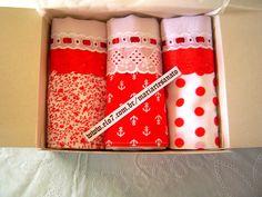 Kit com 3 panos de prato com barrado em tecido nas cores branco e vermelho com detalhe em bordado ingles e passa-fita. Este produto pode ser feito sob encomenda em varias estampas e cores.