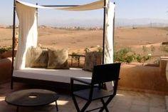 En direction du barrage Lalla Takerkoust, à 25 kilomètres de Marrakech, Shems Moon Suites & Spa est un lieu dédié à l'évasion et au ressourcement. Riad Marrakech, Suites, Direction, Outdoor Furniture, Outdoor Decor, Sun Lounger, Home Decor, Places, Patio