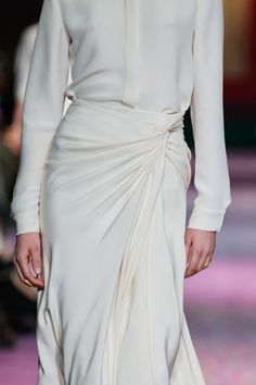 See all the Details photos from Christian Dior Spring/Summer 2020 Couture now on British Vogue Dior Haute Couture, Couture Fashion, Fashion Beauty, Fashion Show, Fashion Looks, Fashion Outfits, Women's Fashion, White Fashion, Christian Dior