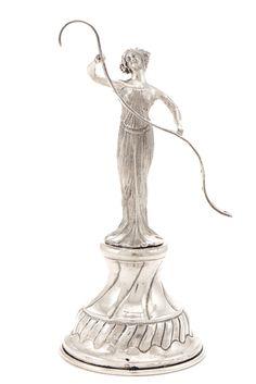 Paliteiro em prata portuguesa, séc. XX/XXI, decorado com figura feminina em vulto perfeito segurando fita perfurada, assente em plinto. Com marca de contraste do Porto (Águia 835), em uso desde 1985, e marca de ourives da mesma época