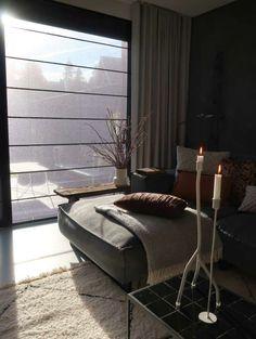zwarte vouwgordijnen Furniture, Mid Century Modern House, Living Room Color, Home Curtains, Living Room Furniture Inspiration, Home Decor, Apartment Decor, Bedroom Decor, Living Room Designs