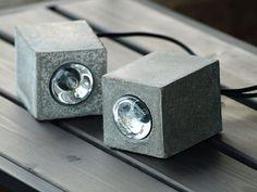 Wie das Wetter Zeit wird wärmer und heller, die jeder sucht, um mehr und mehr verbringen, im Freien in Picknicks. Also haben wir kommen mit einer Idee, die die Qualität von euch zu Hause Outdoor-Veranstaltungen - dekorative Lampen verbessern wird. Sie können als Gestaltungselement für Ihre Tischdekoration verwendet werden, wie ein Stand im windigen Wetter, so wie es eine ergänzende Licht geben wird, wenn es dunkler wird.  Größe: 8 x 11 x 8 cm Material: Beton Farbe: grau