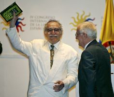 """Gabriel García Márquez muestra una Edición Conmemorativa de """"Cien Años de Soledad"""", en el Congreso de la Lengua, en Cartagena, Colombia , en el 2007."""
