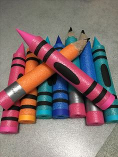 Super Fun Back to School Decor Ideas for Classroom – Back to School Crafts – Grandcrafter – DIY Christmas Ideas ♥ Homes Decoration Ideas Pool Noodle Crafts, Maker Fun Factory Vbs, Crafts For Kids, Arts And Crafts, Summer Crafts, Diy Crayons, Art Birthday, Birthday Board, Back To School Party