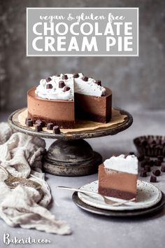 With a raw cakey chocolate crust and a decadently creamy chocolate filling, this gluten-free and vegan Chocolate Cream Pie will make you swoon! No baking necessary. Gluten Free Cupcakes, Gluten Free Pie, Gluten Free Desserts, Delicious Desserts, Healthier Desserts, Chocolate Filling, Gluten Free Chocolate, Chocolate Cream, Vegan Chocolate