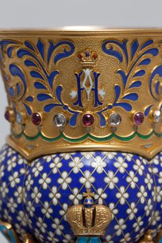 Exceptional cutting of honor in gold, offered to Tsar Nicolas II by GHAN, St. Petersburg, before 1899. lobed cup fully enamelled blue decorated with a scattering of small white enamel flowers, surmounted by a frieze mati gold . polychrome decorated with arabesques and partitioned ten rubies and ten alternate diamonds surrounding the center monogram of Emperor Nicolas II decoration under imperial crown.